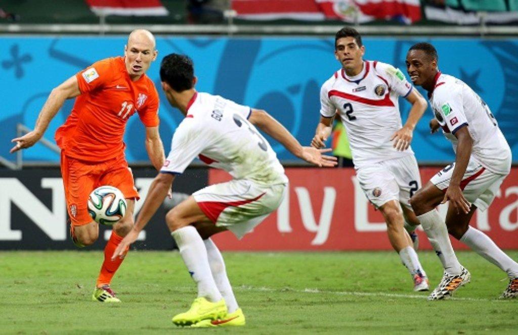 Die Niederlande (hier Arjen Robben) sind nach ihrem 4:3-Erfolg im Elfmeterschießen gegen Costa Rica ins WM-Halbfinale eingezogen. Weitere Bilder von den Spielen am Samstagabend zeigen wir in der folgenden Bilderstrecke. Foto: dpa