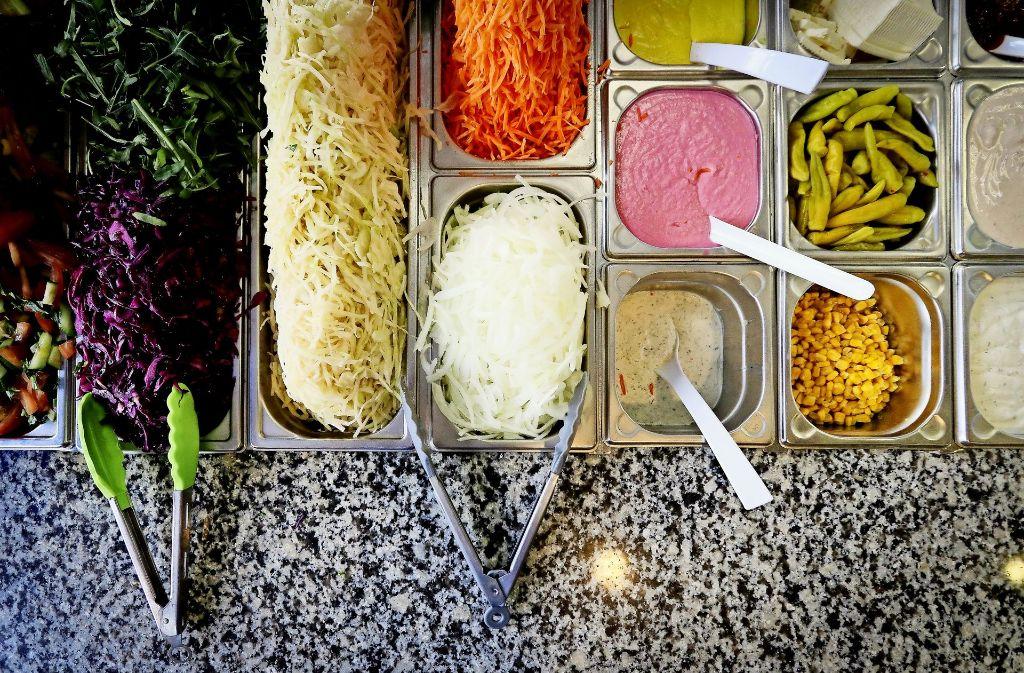 Im Mavi gibt es auch vegane Soßen und zwar in drei Geschmacksrichtungen: Kräuter (unten), Rote Beete (mitte) und Ingwer-Kurkuma (oben). Foto: factum/Granville