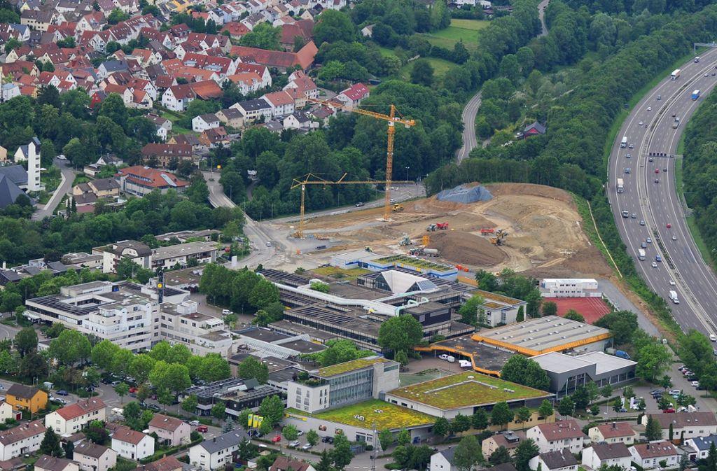 Im Zentrum von Freiberg entsteht eine neue Schule, daneben könnte irgendwann die Autobahn überdeckelt werden. Foto: Werner  /Kuhnle
