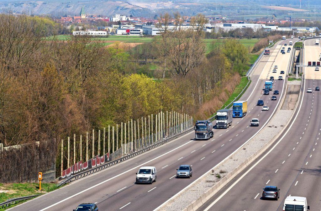Die demontierte Lärmschutzwand am Autobahnaufstieg bei Freiberg soll zunächst durch ein Provisorium ersetzt werden. Foto: factum/Andreas Weise