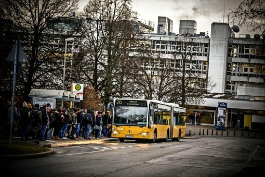 An der Bushaltestelle vorm Biogebäude ist kaum noch ein Durchkommen. Foto: Lg/Piechowski