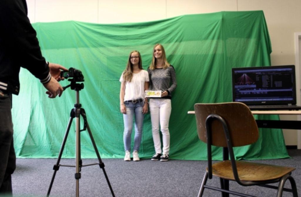 Maureen Herbst (links) und Julia Bauer beim Dreh ihres Werbeclips Foto: Privat