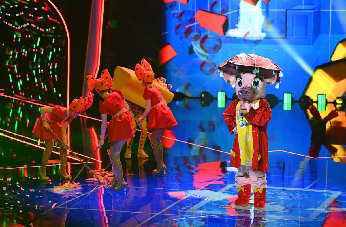 Die Publikumsstimmen haben nicht gereicht fürs Schwein: Katrin Müller-Hohenstein musste am Schluss der ersten Runde ihre Maske lüften. Foto: dpa/Willi Weber
