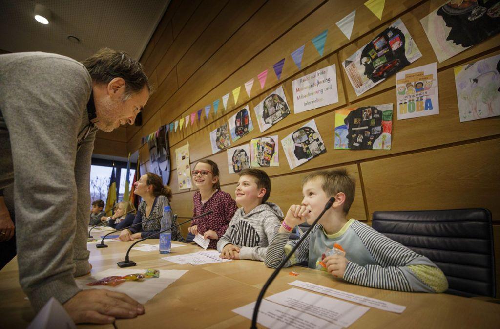 Der Kinderarzt Ralf Brügel beantwortet die Fragen der Kinder. Foto: Gottfried Stoppel