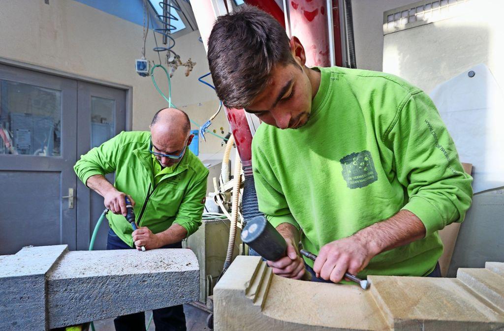Stefan Machmer liebt seinen Beruf – und gibt sein Wissen auch an seinen Sohn Ludwig (rechts) weiter. Foto: factum/Granville
