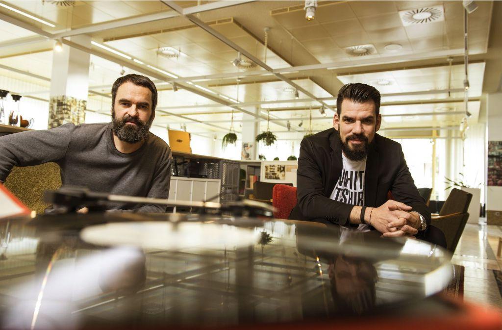 Testen derzeit die Arbeitswelt von morgen: Thorsten Weh (links) und Jens Kenserski von der Agentur Pulsmacher. Foto: Reiner Pfisterer