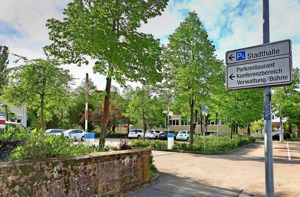 Der Parkplatz am Hintereingang der Stadthalle spielt eine zentrale Rolle in den neuesten Plänen der Stadtverwaltung. Foto: Schnebeck