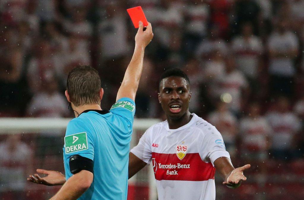 Er kann's kaum fassen: Maxime Awoudja (re.) sieht im Spiel des VfB Stuttgart gegen Hannover 96 unberechtigterweise die Gelb-Rote Karte. Foto: Baumann