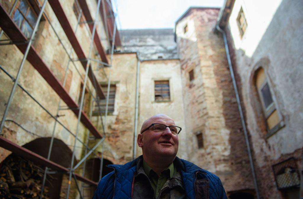 Der Baunternehmer Piotr Koper steht im Innenhof des Schloss Adelsbach. Während der Sanierung des Schlosses entdeckten seine Arbeiter die ungewöhnlichen Wandbilder aus der Renaissance von Herrschern verschiedener Epochen hinter mehreren Schichten Putz und Farbe. Foto: dpa