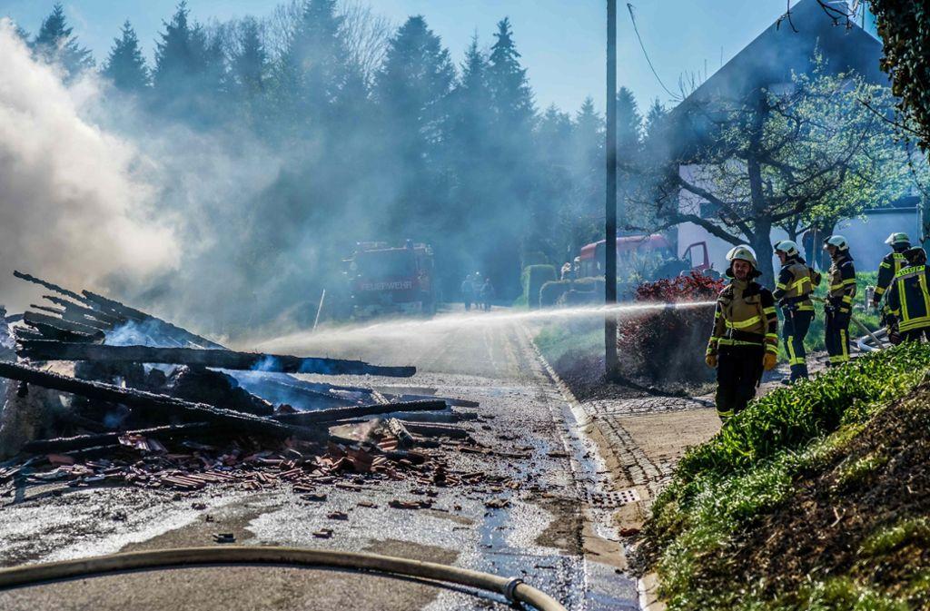 Während der Löscharbeiten musste die Straße in Richtung Schwabenpark gesperrt werden. Foto: SDMG