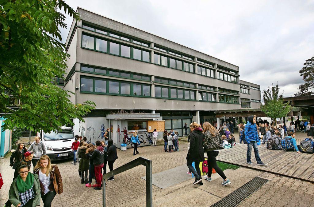 Rund um die Riegelhof-Realschule hat am Dienstagvormittag Aufregung geherrscht. Foto: Horst Rudel