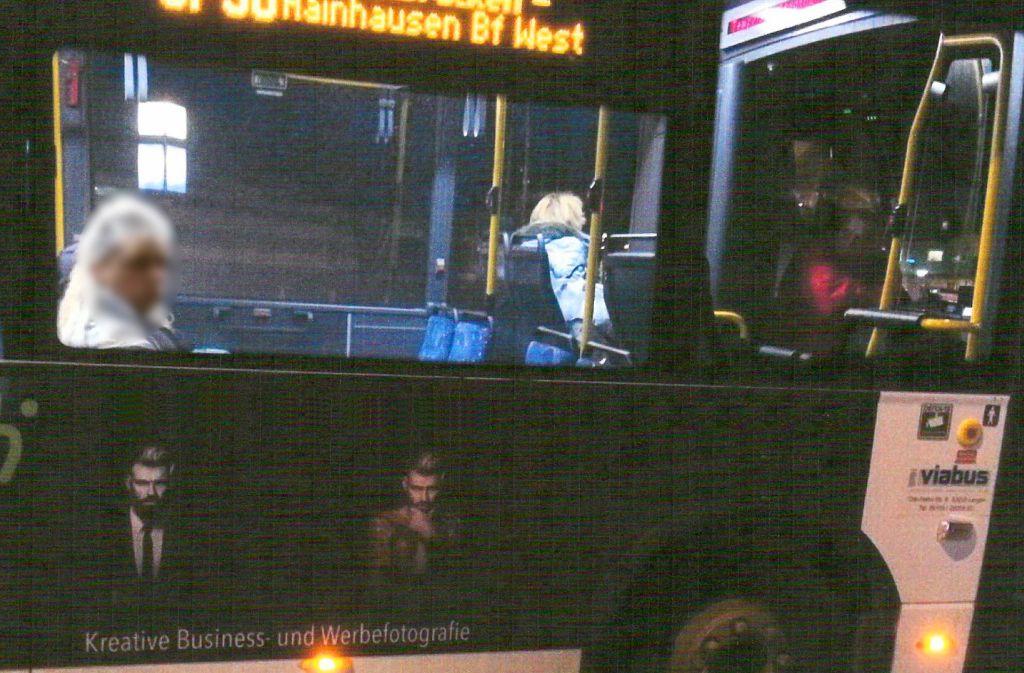 Auf diesem Bus ist noch ein Teil der Werbung des verstorbenen Fotografen zu sehen. Es fehlt der große Schriftzug und die Telefonnummer des Studios – aus Rücksicht auf die Familie. Foto: StN