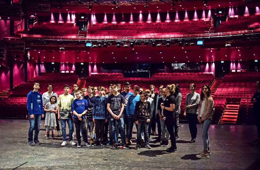 Die Schüler des Paracelsus- Gymnasiums auf der Bühne des Apollo-Theaters . Foto: Lichtgut/Max Kovalenko