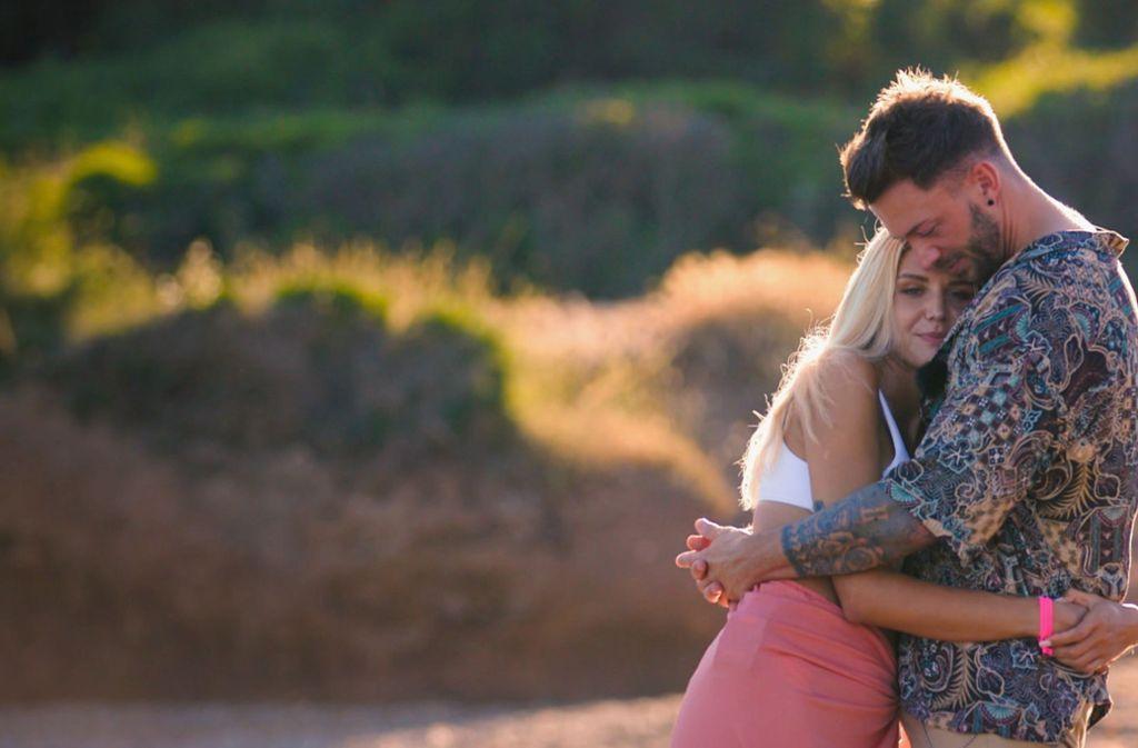 Ein inniger Moment: Gerda und Keno schmusen bei ihrem Einzeldate am Strand. Foto: TVNOW