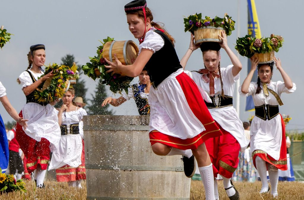 Beim Markgröninger Schäferlauf rennen Schäferinnen  um die Wette – manchmal auch mit einem Kübel Wasser auf dem Kopf. Foto: factum/Weise
