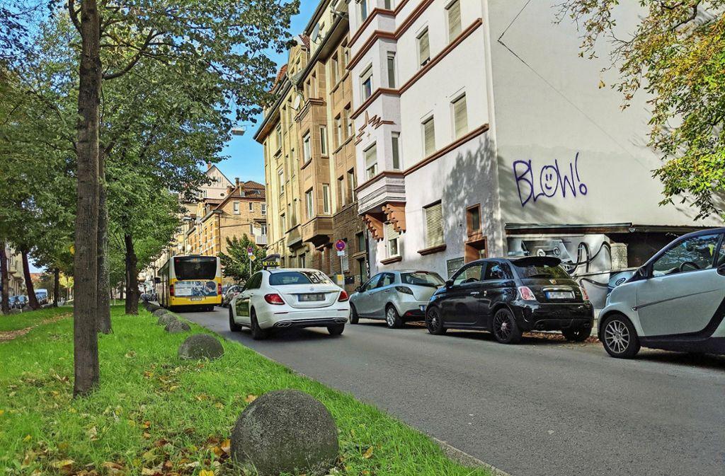 Die Busse der Linie 40, Taxis und auch Radfahrer bekommen noch in dieser Woche eine eigene Spur – dort, wo bisher geparkt wurde. Foto: Jürgen Brand