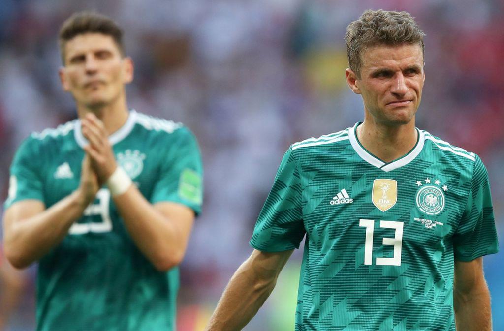 Tief enttäuscht: Thomas Müller (re.) kann seine Tränen nicht zurückhalten. Foto: AP