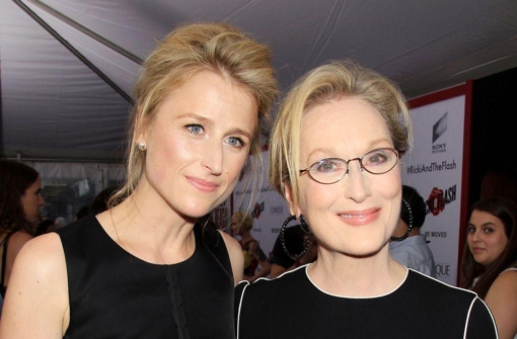Diese Beiden könnten ohne weiteres Schwestern sein, sie sind aber Mutter und Tochter: Die dreifache Oscar-Preisträgerin Meryl Streep (rechts) und ihre noch nicht ganz so bekannte Tochter Mamie Gummer, ebenfalls Schauspielerin, müssen sich jedenfalls keine Sorgen machen, dass man ihnen den engen Verwandtschaftsgrad trotz unterschiedlicher Nachnamen nicht abnimmt. Gemeinsam standen sie für den Film Ricki And The Flash vor der Kamera. Foto: AP