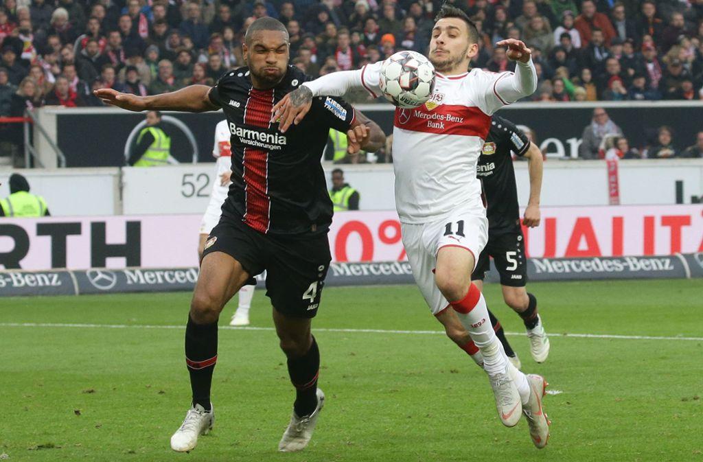 Im Duell mit Bayer Leverkusen zog der VfB meist den Kürzeren: Beim 0:1 am 13. April 2019, dem bislang letzten Pflichtspiel gegen die  Werkself, kämpfen Jonathan Tah (li./Leverkusen) und Anastasios Donis um den Ball Foto: Baumann