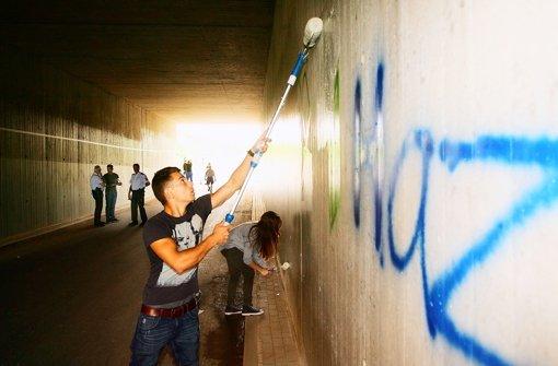 Teenager überpinseln obszöne Graffiti