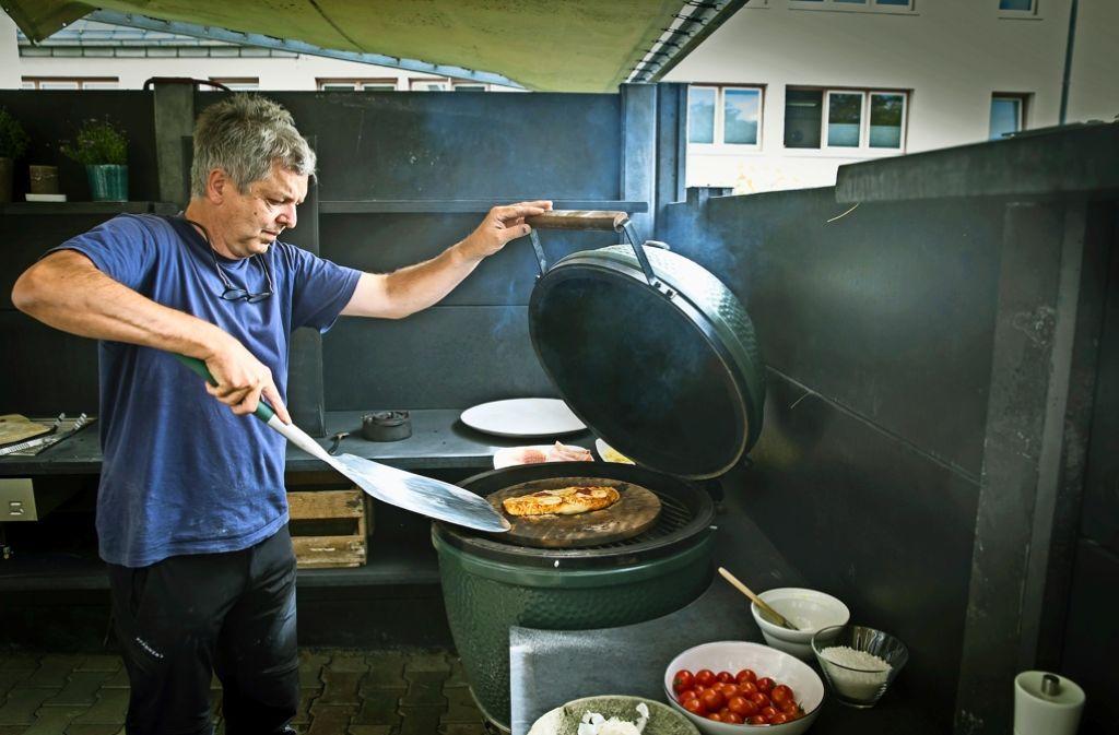 Walter Pfisterer backt im Hof seine Pizzen im Big Green Egg-Grill und BBQ-Profi Thomas Stockinger führt    Outdoorküchen-Elemente in jeder Dimension. Foto: Lichtgut/Achim Zweygarth