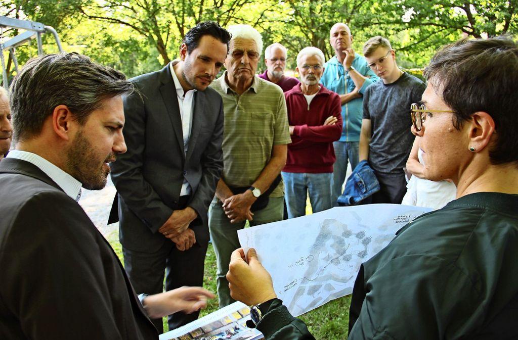 Bürgermeister Fabian Meyer (2. von links) war im Juli in Botnang zu Gast und machte sich unter anderem ein Bild vom Sanierungsgebiet im Ortszentrum. Foto: Torsten Ströbele