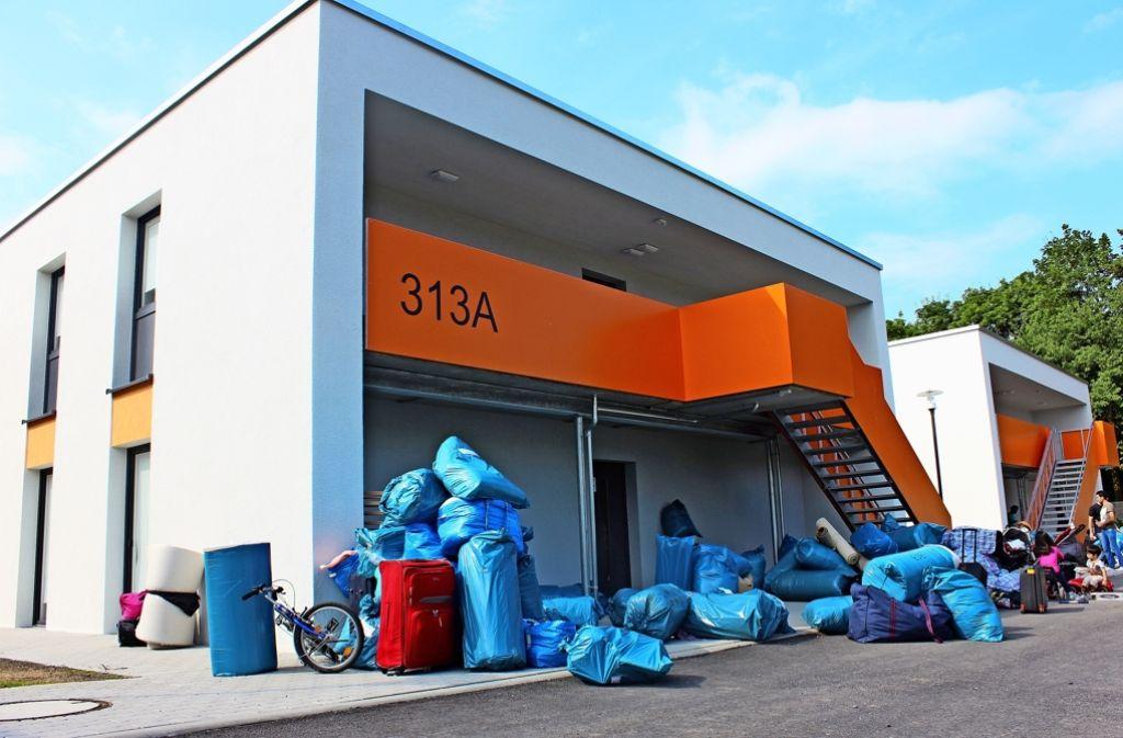 Am Mittwoch sind die ersten   Bewohner in ihr neues Heim eingezogen. Ihre Habseligkeiten sind in  den blauen Säcken verstaut. Foto: