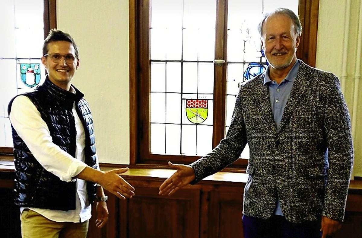 Fabian Schulz (links) und Oberbürgermeister  Roland Klenk  freuen sich auf den Hand-in-Hand-Spendenlauf. Foto: Pauline Strempel