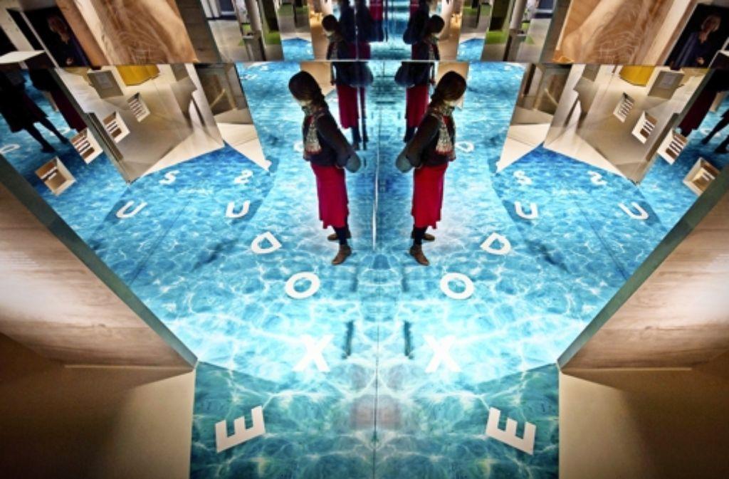 Der Weg durchs Rote Meer ist von Spiegeln umstellt; schnell geht der Besucher in die Irre. Da könnten die biblischen Sprüche  an den Wänden Orientierung vermitteln, lautet die Botschaft an dieser Station. Foto: dpa