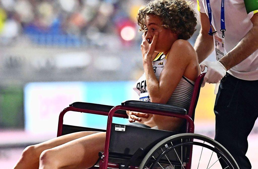 Von Magenkrämpfen geplagt wird Alina Reh mit dem Rollstuhl aus dem Khalifa-Stadion gefahren. Foto: AFP