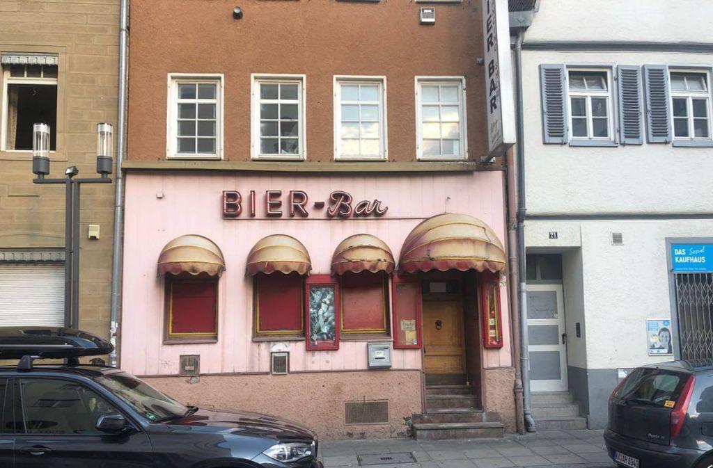 Die vier Korbmarkisen werden restauriert und neu  bespannt: Am 25. Oktober feiert die einstige Bier-Bar, über viele Jahre ein Animierlokal,   den Neustart als Dancing-Bar Rocco. Foto: ubo