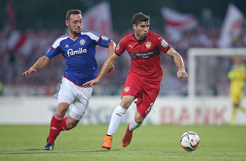 Im Jahr 2015 traf der VfB Stuttgart mit Emiliano Insua (rechts) im DFB-Pokal bereits auf Holstein Kiel. Foto: Pressefoto Baumann/Cathrin Müller