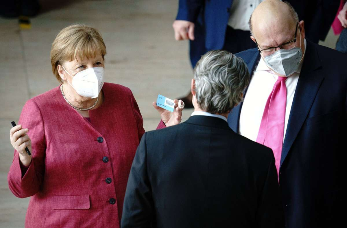 Der Bundestag (links Bundeskanzlerin Angela Merkel) hat die Corona-Notbremse beschlossen. Foto: dpa/Kay Nietfeld