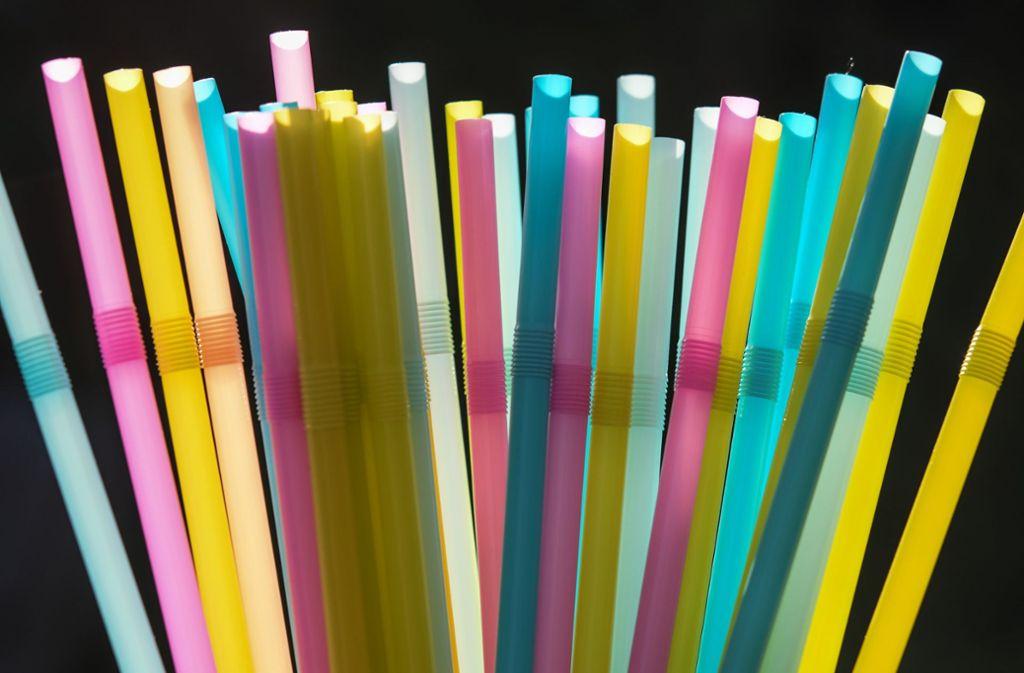 Die EU plant erst noch, doch schon jetzt verbannen immer mehr Handelskonzerne die Strohhalme aus Plastik aus ihren Regalen. Foto: dpa
