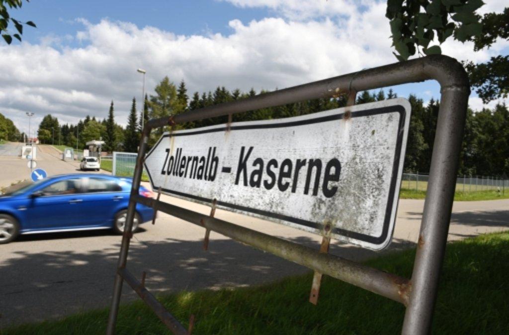 Nach Nazi-Schmierereien im Zusammenhang mit der neuen Flüchtlings-Erstaufnahmestelle (LEA) in Meßstetten (Zollernalbkreis) hat die Polizei noch keine konkreten Hinweise auf die Täter. (Archivbild) Foto: dpa