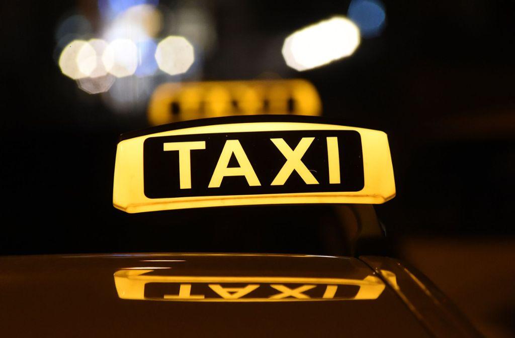 Der Taxiverband München zeigt sich in der Corona-Krise solidarisch mit Menschen, die im Gesundheitswesen arbeiten. Foto: dpa/Felix Hörhager