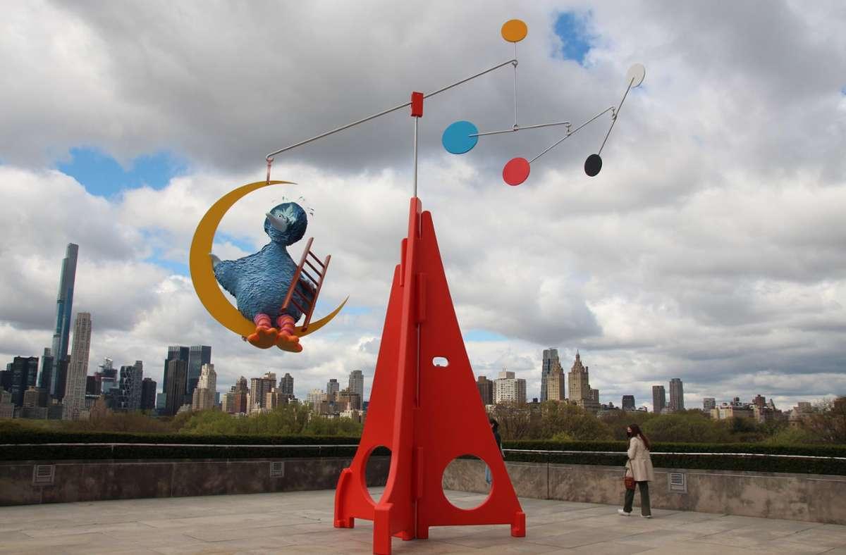 """""""As Long as the Sun Lasts"""" heißt die Installation des Künstlers Alex Da Corte. Der Vogel erinnert ein wenig an die """"Sesamstraße"""". Foto: dpa/Christina Horsten"""