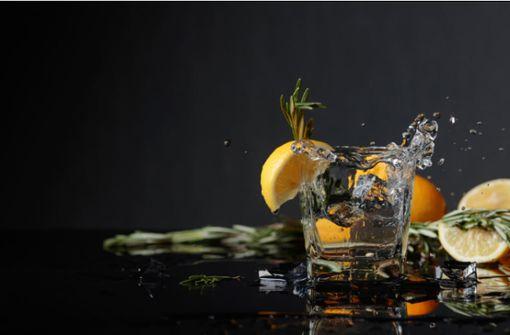 Gin ist in, doch aus was wird Gin gemacht? Alles über die Zutaten und Prozesse der Gin Herstellung hier im Artikel.