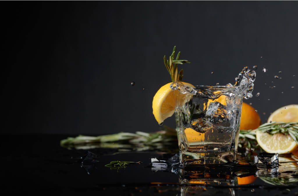 Alles über die Zutaten und Prozesse der Gin Herstellung. Foto: Igor Normann / Shutterstock.com