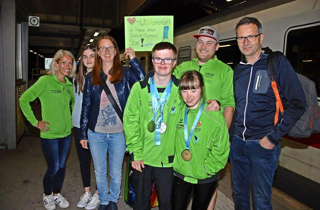 Tim Krebs   mit Juliana Wenk, Goldmedaillengewinnerin in der Leichtathletik-Sprintstaffel,  und Betreuer Sebastian Ott. Foto: Mathias Kuhn