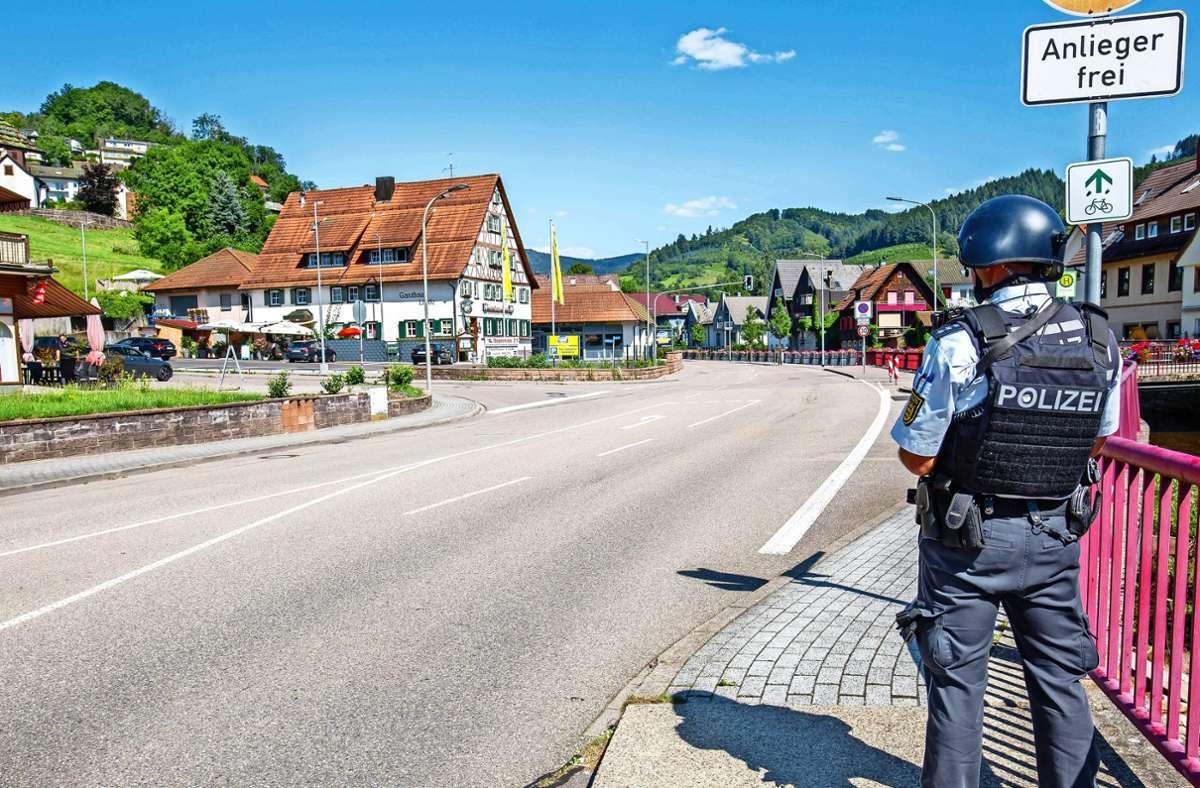 Der beschauliche Ort Oppenau ist an diesem Montag wie ausgestorben. Ein Polizist sichert die Straße im Ortskern, während ein Großaufgebot  im umliegenden Wald nach einem Bewaffneten sucht. Foto: dpa/Philipp von Ditfurth