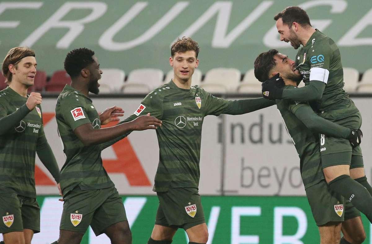 Obenauf: Den jüngsten Auswärtscoup landete das VfB-Team um Kapitän Gonzalo Castro (rechts) am Sonntag beim FC Augsburg – alle fünf Siege gibt es in unserer Bildergalerie. Foto: Baumann