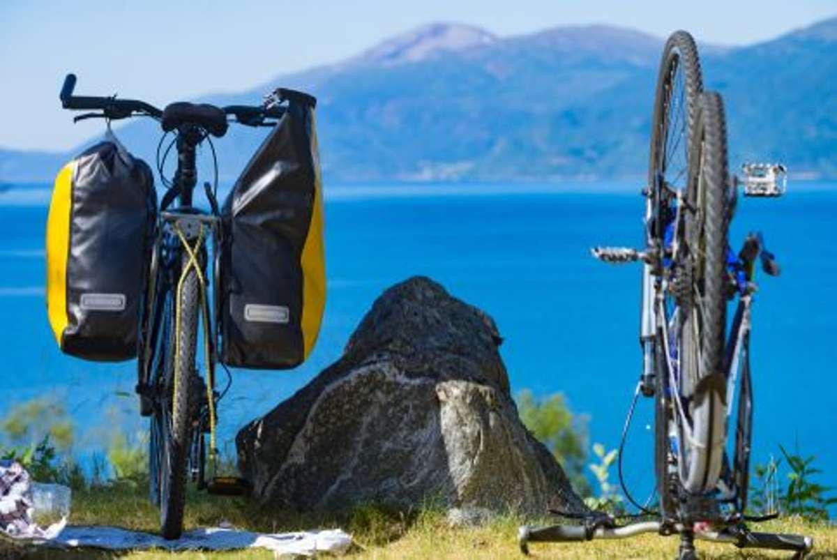 Gut gepackt, ist halb gewonnen: in die Fahrradsatteltasche gehören unter anderem eine ... Foto: Shutterstock/Anetlanda