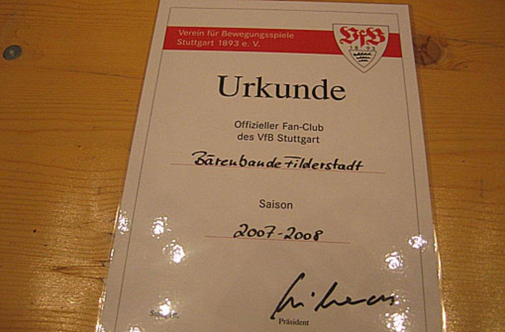 Jetzt gehts los! Am 16. April 2007 bekommen die 14 Bären ihre Gründungsurkunde überreicht und sind offizieller VfB Fanclub. Bis heute ist die Bärenbande auf 41 Mitglieder angewachsen. Foto: Bärenbande
