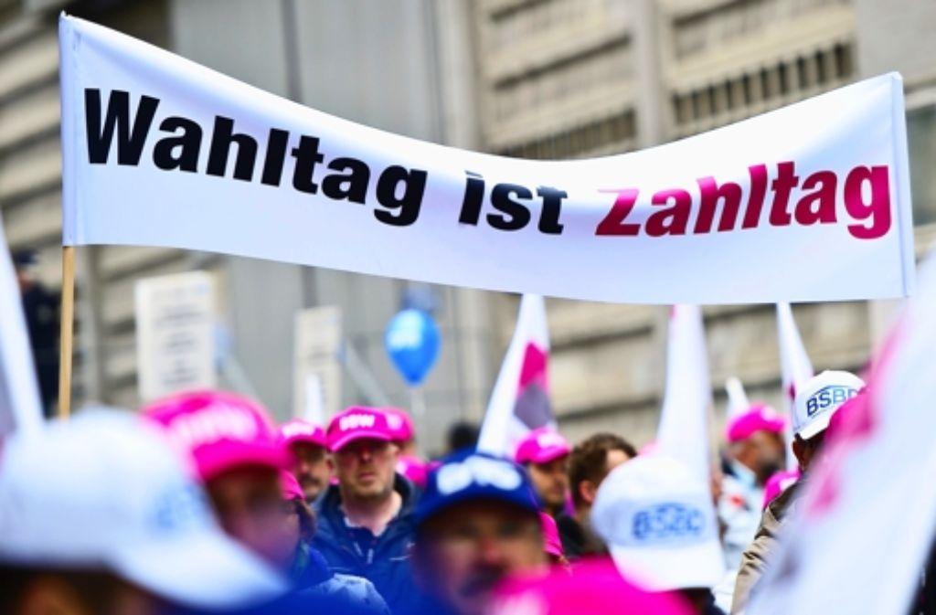 Mehr als 3000 Beamten haben am Samstag in Stuttgart gegen die zeitliche Verschiebung ihrer Besoldungserhöhung demonstriert. Foto: dpa