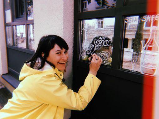Stuttgarter Künstlerin Dijana Hammans bemalt Café-Fenster