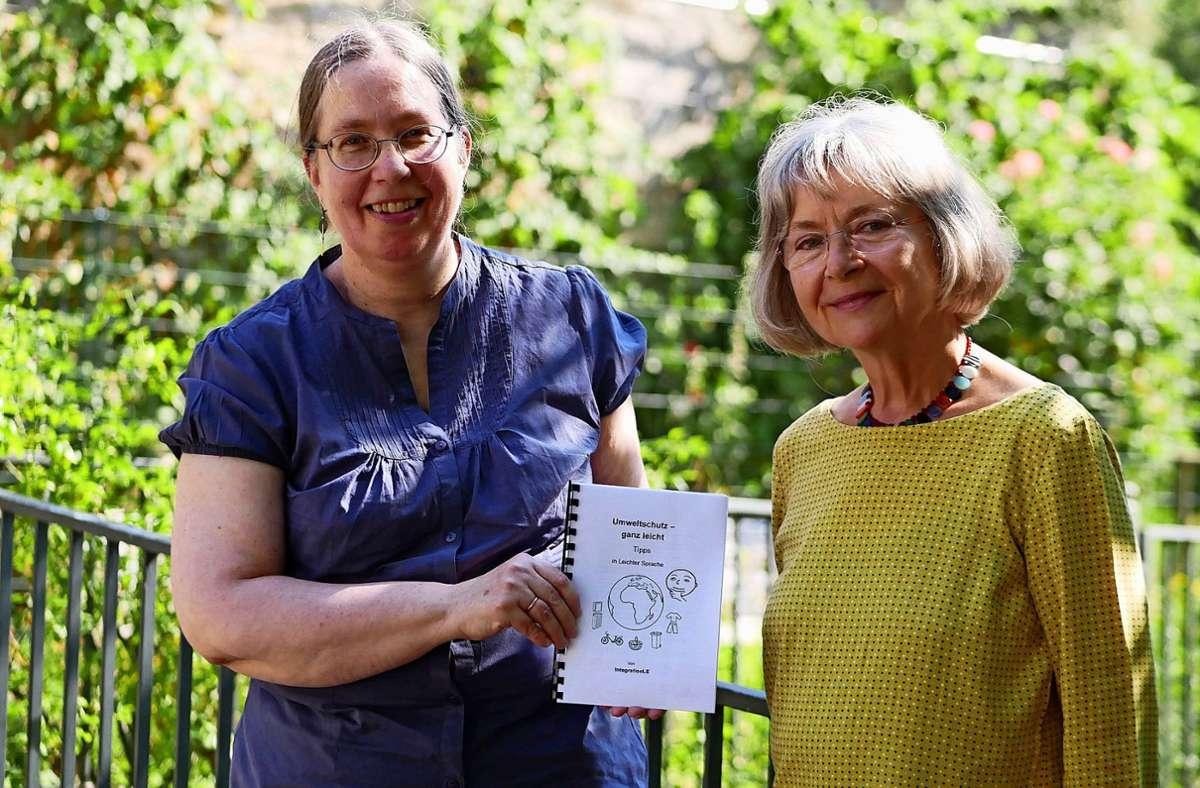 """Mit ihrem Projekt """"Umweltschutz ganz leicht"""" bewerben sich Projektinitiatorin Stephanie Freundner-Hagestedt (links) und Projektlektorin Christine Mayer-Eming stellvertretend für das Team um den diesjährigen Ehrenamtspreis. Foto: Eileen Breuer"""