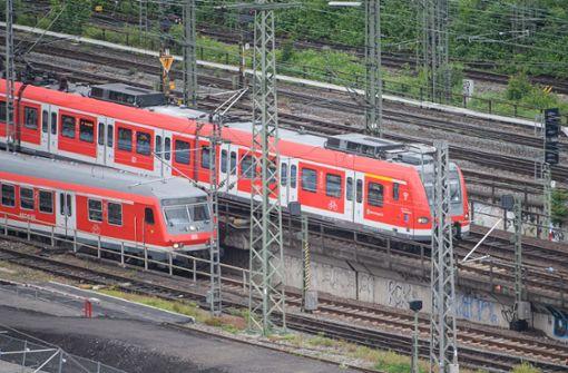 Sitzplätze in S-Bahn mit Nähnadeln präpariert