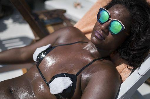 Klebeband-Bikini als Bräunungs-Trend
