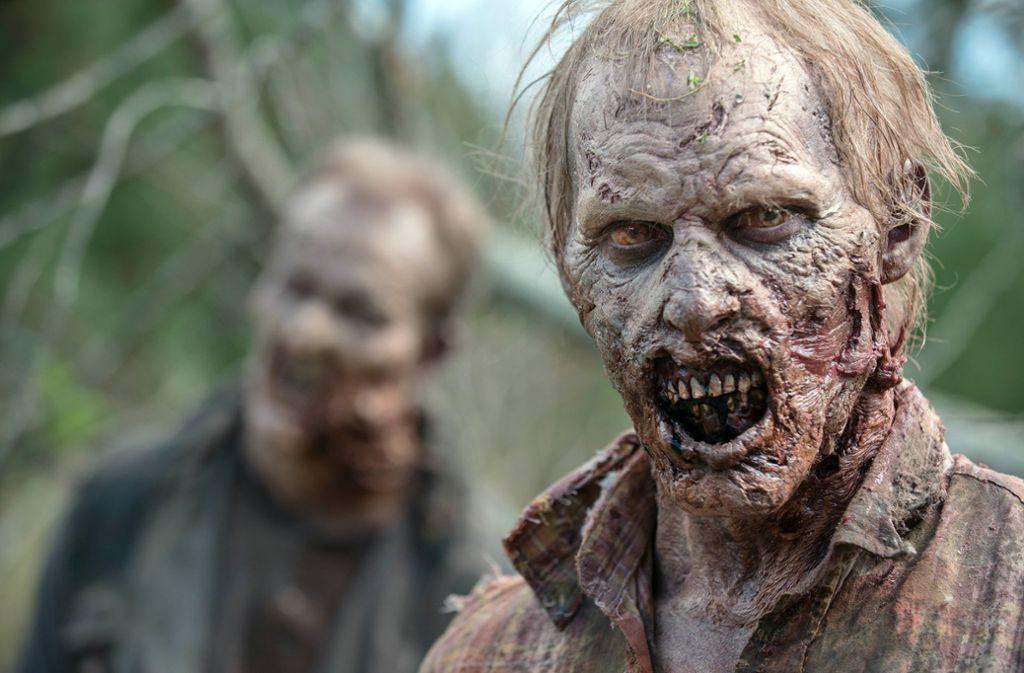 """Können Zombies überrascht sein? Dieser hier hat möglicherweise gerade vom Ende der Comic-Reihe """"The walking Dead"""" erfahren. Foto: dpa"""
